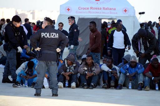 Des migrants naufragés à leur arrivée le 16 avril 2015 dans le port d'Augusta © GIOVANNI ISOLINO AFP