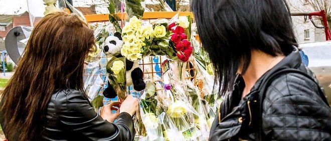 Deux femmes déposent des fleurs à Calais dans le quartier où la petite Chloé a été enlevée mercredi 15 avril, photo d'illustration.