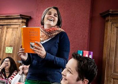 """Caroline Thuysbaert, la directrice de l'école Schola Nova. Dans les mains, """"Lingua latina"""", un ouvrage d'apprentissage intuitif et progressif du latin. ©  JULIEN FAURE/REA pour Le Point"""