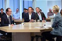 Le président François Hollande plaisantant avec l'équipe du