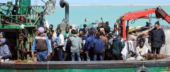 Un bateau de migrants en provenance d'Afrique du Nord intercepté par la marine italienne.