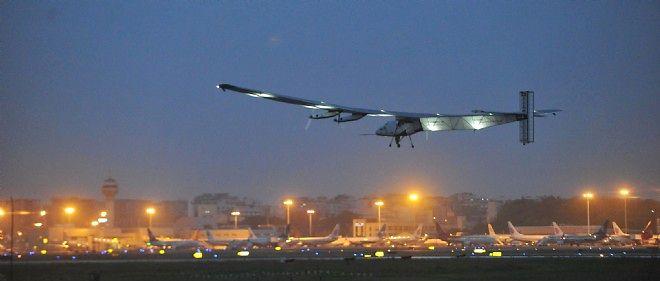 L'avion solaire Solar Impulse 2 décollant de l'aéroport Jiangbei International à Chongqing, dans le sud-ouest de la Chine, le 21 avril 2015.
