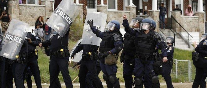 Des heurts ont éclaté lundi en fin d'après-midi à Baltimore entre manifestants et policiers.