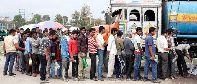 Des habitants de Katmandou font la queue devant un tank d'eau potable, le 26 avril 2015.