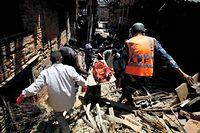 L'aide internationale tarde à arriver. Les secours, insuffisants sont débordés par l'étendue du désastre. ©Pratap Thapa/Chine Nouvelle/Sipa