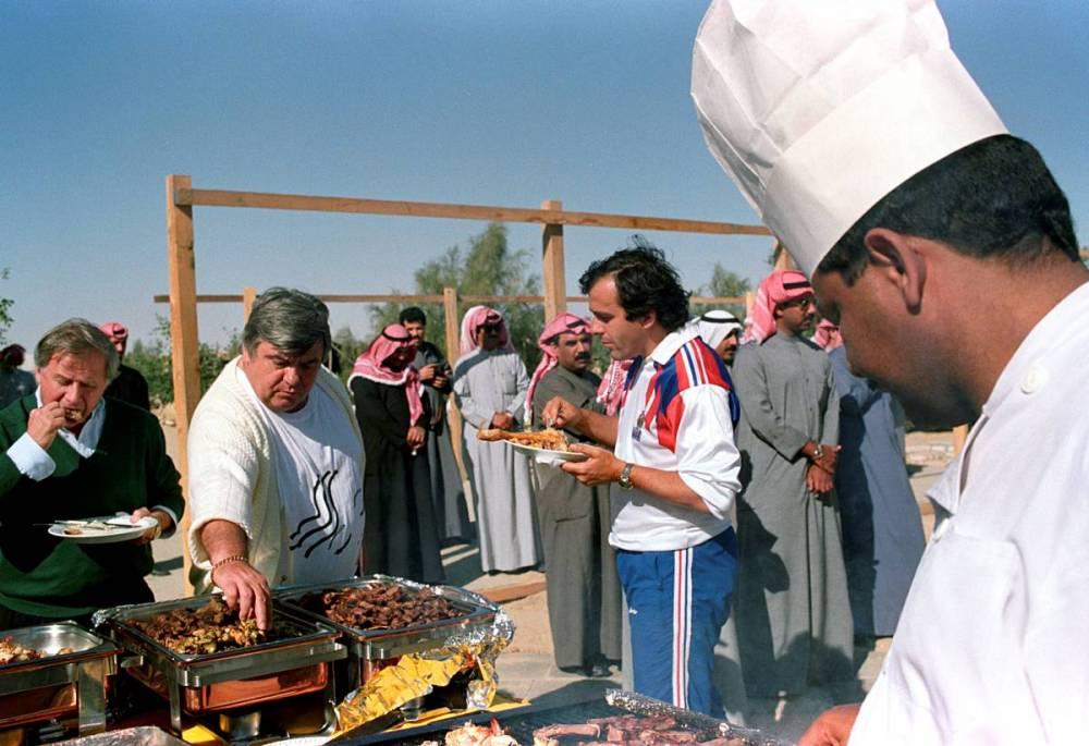 Tournée au Koweït avec Michel Hidalgo et Michel Platini en 1990 ©  MAUGENDRE-FISH-EYE/Andia.fr
