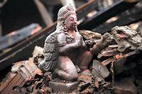 Une statue parmi les décombres à Bakhtapur au Népal. ©Bulent Doruk / Anadolu Agency/AFP