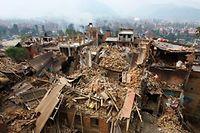 Des rescapés du séisme recherchent des survivants à Bhaktapur, près de Katmandou, le 26 avril. ©Niranjan Shrestha/AP/SIPA