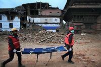 Des sauveteurs s'affairent après le séisme meurtrier survenu dans la région de Katmandou.