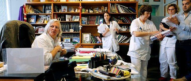 Le microbiologiste Didier Raoult à son bureau de la faculté de médecine de Marseille.