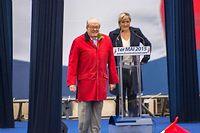 Marine et Jean-Marie Le Pen sur la tribune le Premier Mai à Paris.