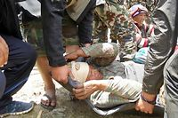 Dans le district de Sindhupalchok, qui compte le plus grand nombre de victimes, les blessés des villages voisins environnants sont peu à peu évacués par hélicoptère vers Katmandou.