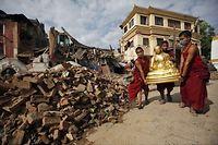 6 621 morts et plus de 14 000 blessés au Népal, dont les habitants des provinces reculées attendent l'aide internationale.