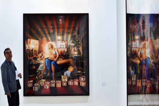 """Un homme devant """"Pietà with Courtney Love"""", inspirée de la Pietà, lors de l'exposition """"Après le déluge"""" de David LaChapelle le 29 avril 2015 au Palazzo delle Esposizioni à Rome © GABRIEL BOUYS AFP"""