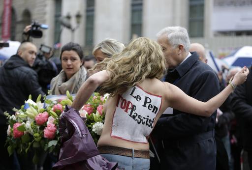 Une activiste des Femen s'oppose au rassemblement annuel du FN à Paris, le 1er mai 2015 ©  AFP/Archives