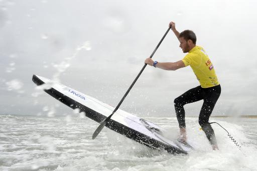 Arthur Daniel, membre de l'équipe de France de stand up paddle, lors d'un entraînement sur la plage de Plouharnel dans le Morbihan, le 4 mai 2015 © Damien Meyer AFP