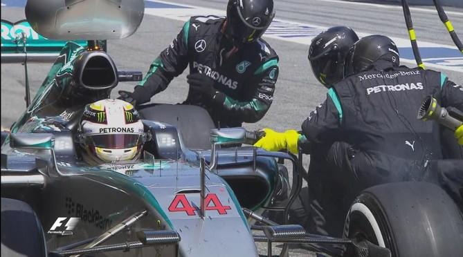 Hamilton, en retard lors de son premier arrêt. ©  DR