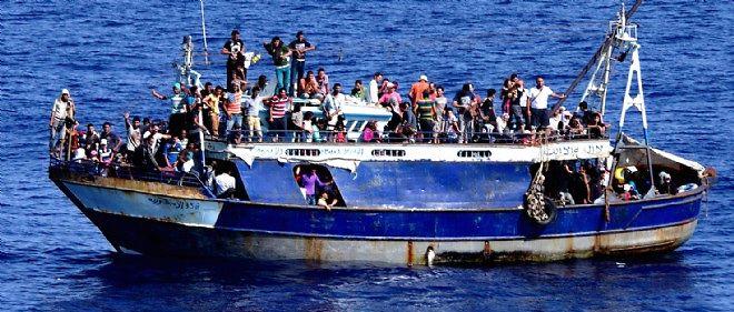 L'UE veut empêcher les puissants navires des trafiquants de remorquer les embarcations de fortune en pleine mer, ou alors de récupérer les bateaux une fois vides.
