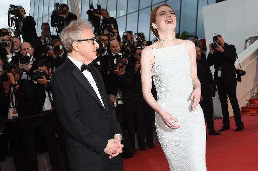 L'actrice Emma Stone au côté du réalisateur Woody Allen, à Cannes le 15 mai 2015 ©  AFP
