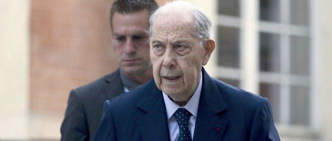 Charles Pasqua avant son interrogatoire dans le cadre du procès en appel de la Fondation Hamon, le 18 mai 2015.