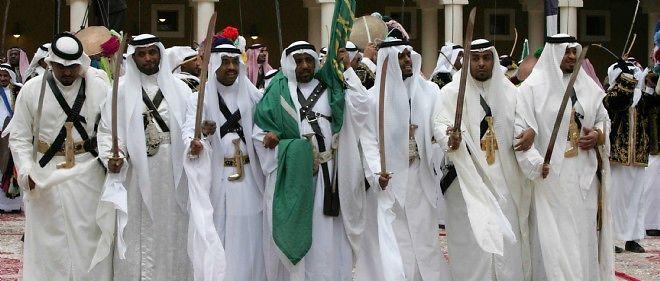 Photo d'illustration. La garde royale saoudienne brandit ses sabres, emblème du royaume, à l'occasion de la visite à Riyad de François Hollande.