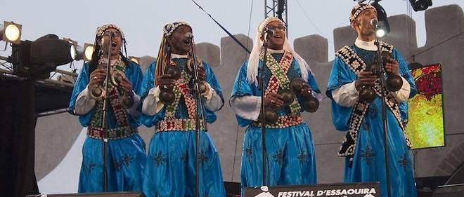 Le groupe marocain Hassan Boussou lors de la 17e édition du Festival Gnaoua d'Essaouira, le 12 juin 2014.