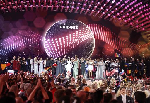 La gagnante de l'année dernière Conchita Wurst avec les participants de l'Eurovision, le 19 mai 2015 à Vienne © DIETER NAGL AFP