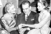 Le prince Rainier III de Monaco en 1956, entouré de sa mère et de sa future épouse, Grace Kelly. ©AFP