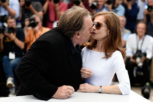 """Gérard Depardieu et Isabelle Huppert prennent la pose lors de la séance photo du film """"Valley of Love"""", le 22 mai 2015 à Cannes © LOIC VENANCE AFP"""