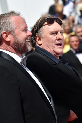 """Les acteurs Dan Warner et Gérard Depardieu arrivent à la projection de """"Valley of Love"""", au 68e festival de Cannes, le 22 mai 2015 © BERTRAND LANGLOIS AFP"""