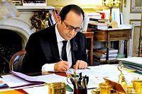 François Hollande, dans son bureau du palais de l'Élysée, mettant la dernière main à son discours de voeux aux corps constitués et aux bureaux des assemblées (illustration). ©Marc CHAUMEIL