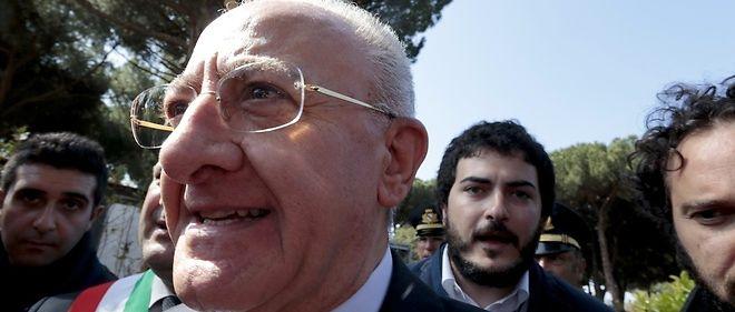 """Vincenzo De Luca (PD) brigue la présidence de la Campanie. Condamné pour abus de pouvoir, il devrait être mis sur la """"liste noire"""", mais il a reçu l'onction de la primaire organisée par le PD et le soutien de Matteo Renzi en prime."""