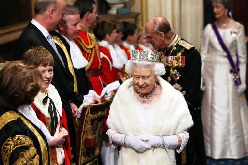 La reine Elizabeth II suivi du prince d'Edimbourgh à son arrivée au parlement de Westminster pour le traditionnel discours de la reine, le 27 mai 2015 à Londres © Steve Parsons POOL/AFP