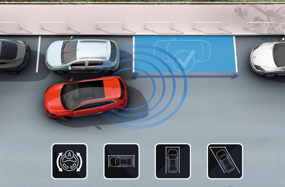Le parking assisté s'occupe de la manoeuvre, le conducteur se chargeant de l'accélérateur et du frein ©  Renault