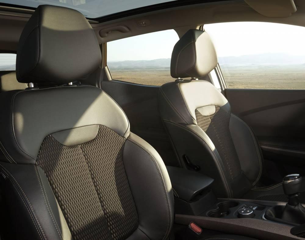 Si la carcasse des sièges est celle du Nissan, le garnissage diffère totalement ©  Renault