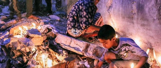Des habitants de Dhaka se recueillent sur les ruines du Rana Plaza, deux ans après la catastrophe.