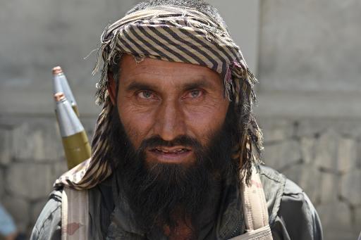 Un des membres de la milice antitalibans du commandant Pakhsaparan pose avec ses armes, à Kunduz au nord de l'Afghanistan, le 23 mai 2015 © Shah Marai AFP