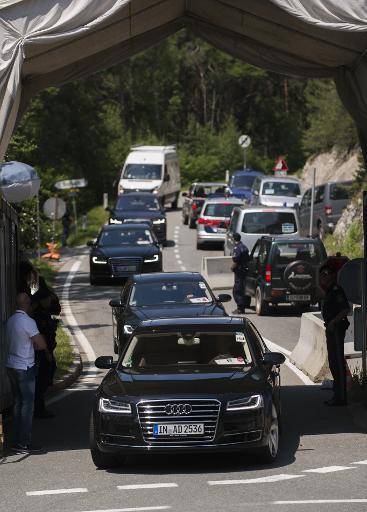 Des voitures passent un point de contrôle sur la route sur la route menant à l'hôtel où se réunit le groupe Bilderberg, en Autriche, le 11 juin 2015 © CHRISTIAN BRUNA AFP