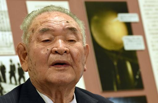 """Kaihei Kasahara, ancien artisan de  """"washi"""" explique sa méthode de fabrication de l'enveloppe de ballons bombe, le 29 mai 2015 lors d'une présentation à la presse à Ogawa © TORU YAMANAKA AFP"""