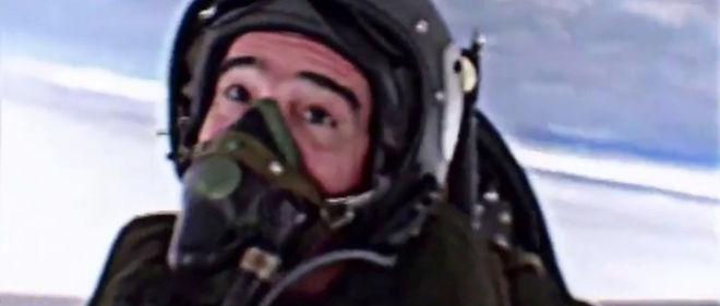 """Fred lors d'un vol en avion de chasse pour """"C'est pas sorcier""""."""