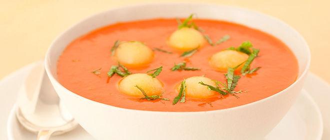 Les fruits de ce gaspacho tomate-melon blanc ne subissant pas de cuisson, les vitamines et sels minéraux sont parfaitement préservés.