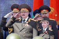 Nikolaï LoukachenKo, surnommé Kolia, assiste, le 9 mai 2015, au défilé militaire célébrant la victoire sur l'Allemagne nazie. À sa droite, son père, Alexandre Loukachenko. ©NIKOLAI PETROV / POOL