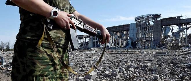 Un pro-russe surveille les abords de l'aéroport international de Luhansk, à l'est de l'Ukraine, le 11 septembre.