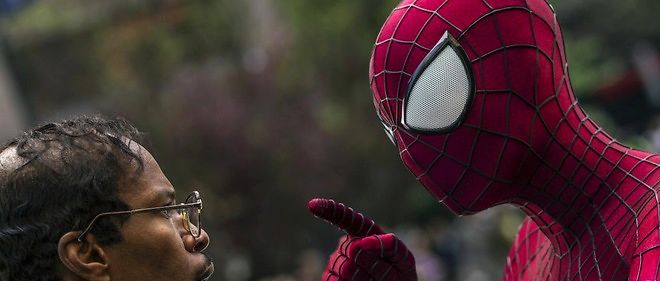 "Andrew Garfield campe l'homme araignee face a Jamie Foxx dans ""The Amazing Spider-Man 2"""