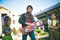 Le personnage de Marty McFly, dans le film « Retour vers le futur II », sorti en 1989, tenant à la main un skate volant. ©Le Point.fr
