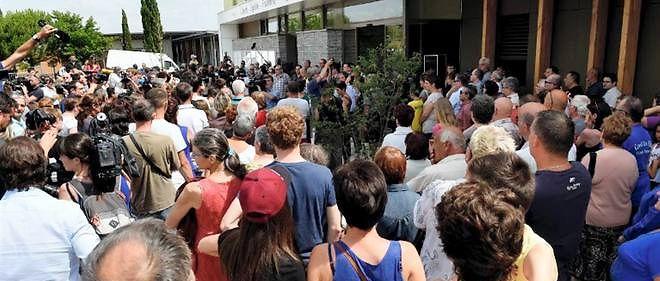 Minute de silence devant la mairie de Fontaines-sur-Saône, samedi 27 juin 2015.