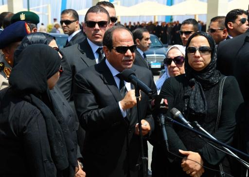Le président égyptien Abdel Fattah al-Sisi entouré de la famille du procureur Hisham Barakat, tué dans un attentat, lors de ses obsèques le 30 juin 2015 au Caire © - Présidence égyptienne/AFP