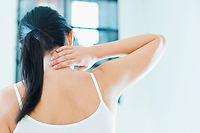 La rééducation aura pour but la disparition de la douleur, le renforcement musculaire, et redonnera de la souplesse et de l'amplitude de mouvement à la colonne cervicale. ©Diego Cervo