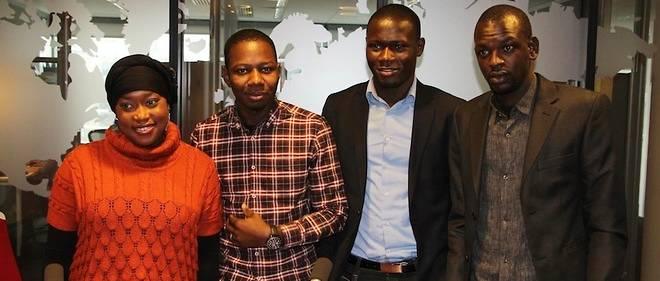 Idrissa Konté (2e à partir de la droite) entouré de certains membres de son équipe, dont Mariam Bah.