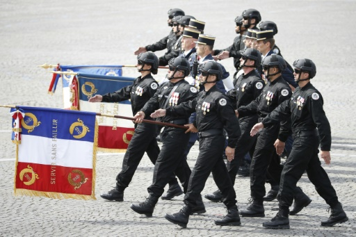 Des membres du Raid, unite d'elite de la police nationale francaise, marchent sur les Champs Elysees a Paris le 14 juillet 2015 pour le traditionnel defile des forces armees